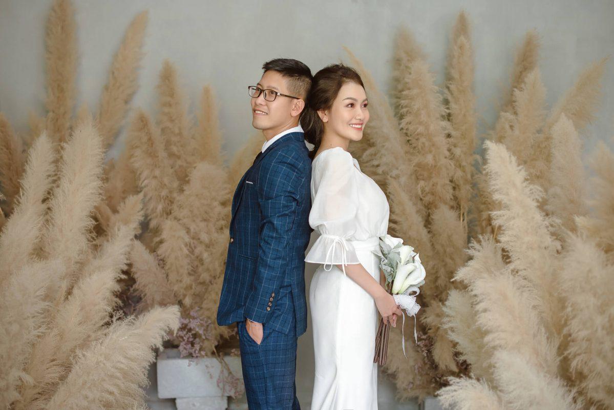 Tạo dáng chụp ảnh cưới trong studio phong cách tự nhiên đẹp
