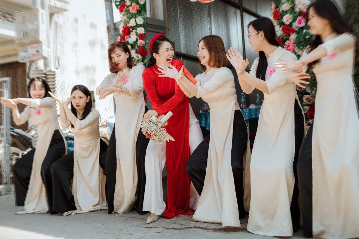 Áo dài bưng quả giúp cho đội hình phù dâu và cô dâu nổi bật