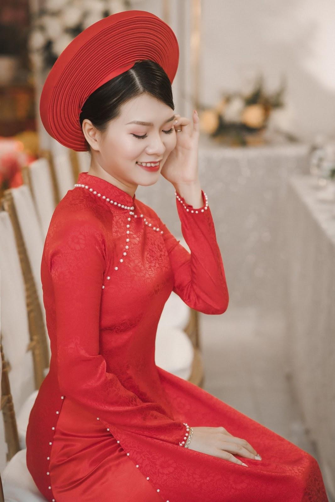 Mẫu áo dài truyền thống luôn mang đến cho cô dâu nét sang trọng cuốn hút