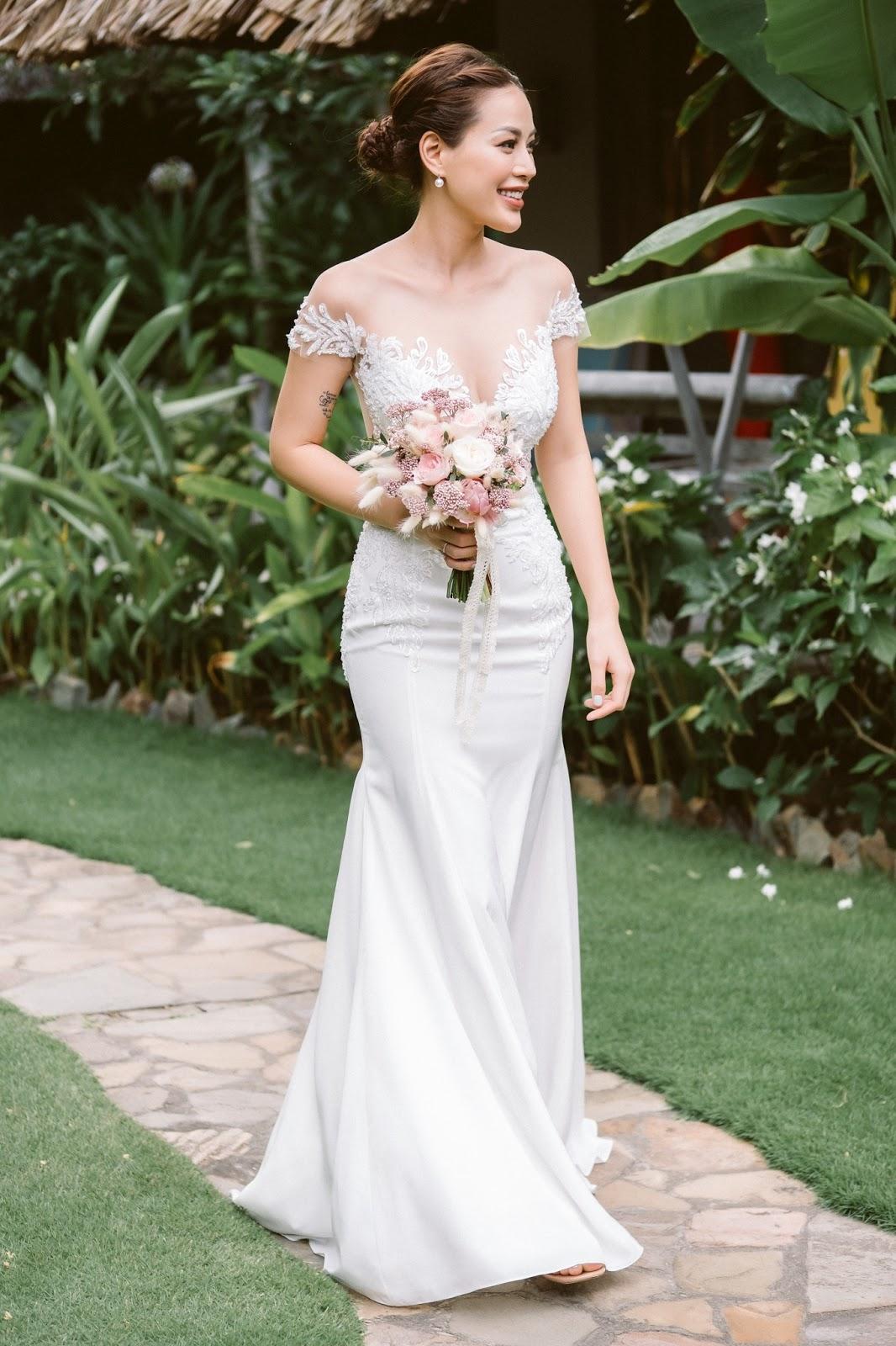 Mẫu váy đuôi cá, váy ôm rất phù hợp với những cô dâu dáng đồng hồ cát