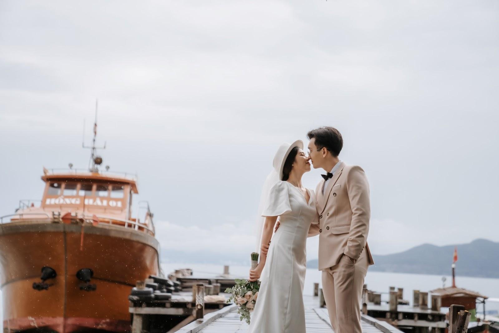 Chụp ảnh cưới trên cảng tình tứ và hòa với thiên nhiên